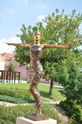 1988, Táncosnő, egész alakos, bronz